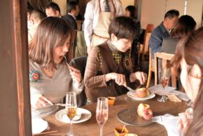 食事を楽しむ参加者